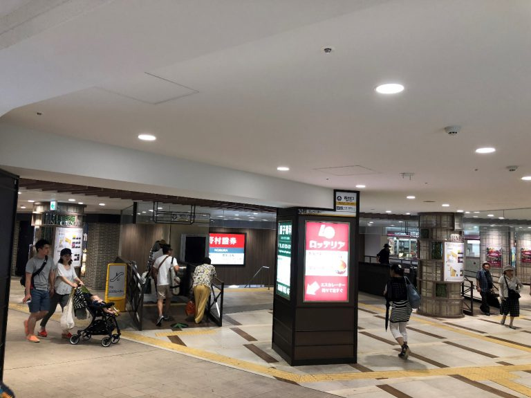 ② 堺東駅の改札から出て、西出口のエスカレーターをおります。